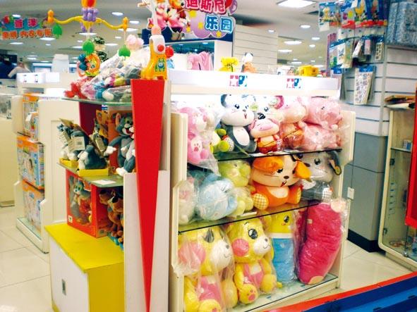童年是每个人最快乐的时光,而陪伴我们整个童年的,是各式各样的玩具。无论是物资匮乏的30年前,还是商品丰富的现在,玩具都是孩子们的最爱,而30年玩具的变迁也让我们看到了时代的进步、经济的繁荣和人们生活的富裕。 多一点,再多一点,让孩子玩得更尽兴 在上世纪七十年代,孩子们的玩具很少,多为陀螺、橡皮筋等自制的玩具。如果谁有一个带口哨的塑料玩具,那一定会成为所有小朋友羡慕的对象。 今年39岁的许东回忆起小时候和哥哥一起做小木枪的经历还十分感慨,那时候有什么玩具呀,大人压根没钱给我们买玩具,我们就自己做。我和哥哥拿