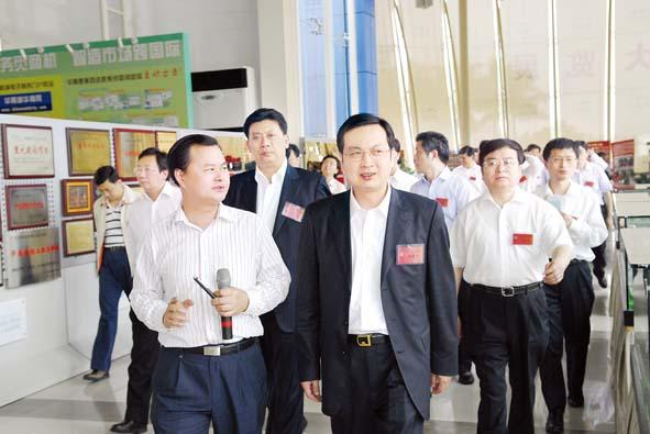 图为我市党政代表团成员在深圳华南国际工业原料城
